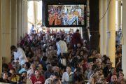 Верующие во время посвящения Авалокитешвары, даруемого Его Святейшеством Далай-ламой в главном тибетском храме. Дхарамсала, Индия. 27 мая 2017 г. Фото: Тензин Чойджор (офис ЕСДЛ)