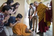Монах совершает простирание в знак почтения Его Святейшеству Далай-ламе, прибывшему в главный тибетский храм, чтобы даровать посвящение Авалокитешвары по случаю наступления священного месяца Сага Дава. Дхарамсала, Индия. 27 мая 2017 г. Фото: Тензин Чойджор (офис ЕСДЛ)