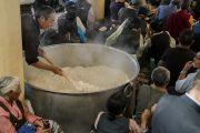 Волонтеры готовят рис, чтобы угостить верующих во время посвящения Авалокитешвары, даруемого Его Святейшеством Далай-ламой. Дхарамсала, Индия. 27 мая 2017 г. Фото: Тензин Чойджор (офис ЕСДЛ)