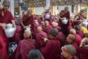 Юные монахи угощают собравшихся молочным чаем в ходе посвящения Авалокитешвары, даруемого Его Святейшеством Далай-ламой. Дхарамсала, Индия. 27 мая 2017 г. Фото: Тензин Чойджор (офис ЕСДЛ)
