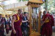 Тибетские артисты исполняют восхваляющие строфы, в то время как монахи и помощники вносят статую Кьиронга Джово в главный тибетский храм перед началом посвящения Авалокитешвары. Дхарамсала, Индия. 27 мая 2017 г. Фото: Тензин Чойджор (офис ЕСДЛ)