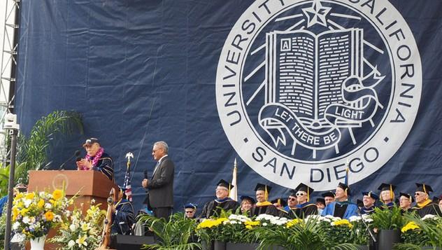 Сан Диего дахь Калифорниагийн их сургуулийн төгсөлтийн баярт оролцов