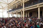Верующие почтительно провожают Его Святейшество Далай-ламу, покидающего главный тибетский храм по завершении второго дня трехдневных учений для тибетской молодежи. Дхарамсала, Индия. 6 июня 2017 г. Фото: Тензин Чойджор (офис ЕСДЛ)