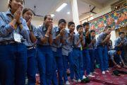 Юные тибетцы почтительно приветствуют Его Святейшество Далай-ламу, прибывшего в главный тибетский храм в начале второго дня трехдневных учений для тибетской молодежи. Дхарамсала, Индия. 6 июня 2017 г. Фото: Тензин Чойджор (офис ЕСДЛ)