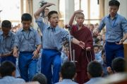 Школьники из Тибетской детской деревни проводят философский диспут в присутствии Его Святейшества Далай-ламы в начале второго дня трехдневных учений для тибетской молодежи. Дхарамсала, Индия. 6 июня 2017 г. Фото: Тензин Чойджор (офис ЕСДЛ)