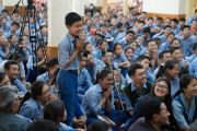 Один из слушателей задает вопрос Его Святейшеству Далай-ламе в ходе второго дня трехдневных учений для тибетской молодежи. Дхарамсала, Индия. 6 июня 2017 г. Фото: Тензин Чойджор (офис ЕСДЛ)