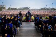 Его Святейшество Далай-лама выступает с обращением во время церемонии вручения дипломов в Калифорнийском университете Сан-Диего. Сан-Диего, штат Калифорния, США. 17 июня 2017 г. Фото: Эрик Джепсен (Калифорнийский университет Сан-Диего)
