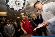 Его Святейшеству Далай-ламе демонстрируют новейшие технологии в ходе визита в «Центр хирургии будущего». Сан-Диего, штат Калифорния, США. 17 июня 2017 г. Фото: Эрик Джепсен (Калифорнийский университет Сан-Диего)