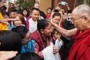 Его Святейшество Далай-лама приветствует тибетцев из местного тибетского сообщества, направляясь из своего отеля на церемонию вручения дипломов в Калифорнийском университете Сан-Диего. Сан-Диего, штат Калифорния, США. 17 июня 2017 г. Фото: Джереми Рассел (офис ЕСДЛ)