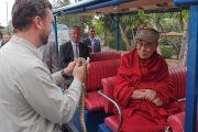 Дээрхийн Гэгээнтэн Далай Ламд пиятоны зулзагийг сонирхуулж байгаа нь. АНУ, Калифорниа, Сан Диего. 2017.06.18. Гэрэл зургийг Жереми Рассел (ДЛО)