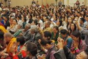 Сан Диего хотын төвөд иргэд Дээрхийн Гэгээнтэн Далай Ламын айлдварыг сонсож байгаа нь. АНУ, Калифорниа, Сан Диего. 2017.06.18. Гэрэл зургийг Жереми Рассел (ДЛО)