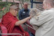 Дээрхийн Гэгээнтэн Далай Ламд Австралийн уутат баавгай сонирхуулж байгаа нь. АНУ, Калифорниа, Сан Диего. 2017.06.18. Гэрэл зургийг Жереми Рассел (ДЛО)