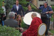 Хэлэлцүүлгийн дараа Дээрхийн Гэгээнтэн Далай Лам сэтгүүлчид ярилцлага өгч байгаа нь. АНУ, МН, Миннеаполис. 2017.06.23. Гэрэл зургийг Жереми Рассел (ДЛО)