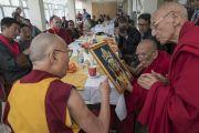Во время обеда в Шивацель Его Святейшество Далай-лама преподносит в дар Ризонгу Ринпоче изображение Киронга Джо. Ле, Ладак, штат Джамму и Кашмир, Индия. 6 июля 2017 г. Фото: Тензин Чойджор (офис ЕСДЛ)