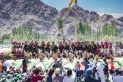 Местные жители из ладакского сообщества исполняют традиционный танец во время торжеств, организованных в Шивацель по случаю 82-летия Его Святейшества Далай-ламы. Ле, Ладак, штат Джамму и Кашмир, Индия. 6 июля 2017 г. Фото: Тензин Чойджор (офис ЕСДЛ)