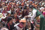 Волонтер раздает кусочки праздничного торта во время торжеств, организованных в Шивацель по случаю 82-летия Его Святейшества Далай-ламы. Ле, Ладак, штат Джамму и Кашмир, Индия. 6 июля 2017 г. Фото: Тензин Чойджор (офис ЕСДЛ)
