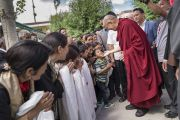 Его Святейшество Далай-лама приветствует своих почитателей, возвращаясь после обеда в свою резиденцию. Ле, Ладак, штат Джамму и Кашмир, Индия. 6 июля 2017 г. Фото: Тензин Чойджор (офис ЕСДЛ)