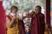 Монахи готовят ритуальные подношения в начале дарования Его Святейшеством Далай-ламой разрешения на практику Авалокитешвары. Дискет, долина Нубра, штат Джамму и Кашмир, Индия. 12 июля 2017 г. Фото: Тензин Чойджор (офис ЕСДЛ)