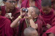 Юный монах наблюдает в бинокль за церемонией подношения молебна о долгой жизни Его Святейшества Далай-ламы в монастыре Дискет. Дискет, долина Нубра, штат Джамму и Кашмир, Индия. 12 июля 2017 г. Фото: Тензин Чойджор (офис ЕСДЛ)