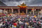 Вид на сцену и небо, затянутое дождевыми тучами, во время второго дня учений Его Святейшество Далай-ламы по сочинению Камалашилы «Ступени созерцания». Дискет, долина Нубра, штат Джамму и Кашмир, Индия. 12 июля 2017 г. Фото: Тензин Чойджор (офис ЕСДЛ)