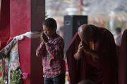Представители юного и старшего поколений почтительно встречают Его Святейшество Далай-ламу, прибывающего на площадку учений в монастыре Дискет. Дискет, долина Нубра, штат Джамму и Кашмир, Индия. 12 июля 2017 г. Фото: Тензин Чойджор (офис ЕСДЛ)