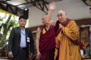 По завершении учений в монастыре Самтенлинг Его Святейшество Далай-лама машет верующим рукой на прощание. Сумур, долина Нубра, штат Джамму и Кашмир, Индия. 14 июля 2017 г. Фото: Тензин Чойджор (офис ЕСДЛ)
