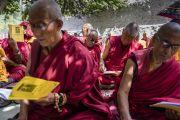 Монахи следят за текстом в ходе учений Его Святейшества Далай-ламы в монастыре Самтенлинг. Сумур, долина Нубра, штат Джамму и Кашмир, Индия. 14 июля 2017 г. Фото: Тензин Чойджор (офис ЕСДЛ)