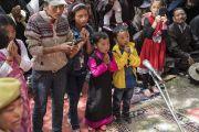 Верующие, в том числе маленькие дети, почтительно провожают Его Святейшество Далай-ламу по завершении учений в монастыре Самтенлинг. Сумур, долина Нубра, штат Джамму и Кашмир, Индия. 14 июля 2017 г. Фото: Тензин Чойджор (офис ЕСДЛ)