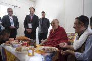Его Святейшество Далай-лама общается с сотрудниками медицинского пункта, оказывающего помощь туристам на вершине горного перевала Кхардунг-Ла. Штат Джамму и Кашмир, Индия. 15 июля 2017 г. Фото: Тензин Чойджор (офис ЕСДЛ)