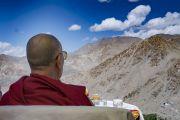 Его Святейшество Далай-лама любуется видом во время остановки на вершине горного перевала Кхардунг-Ла по дороге в Ле. Штат Джамму и Кашмир, Индия. 15 июля 2017 г. Фото: Тензин Чойджор (офис ЕСДЛ)