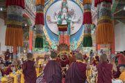 Его Святейшество Далай-лама наблюдает, как монахини проводят философский диспут во время церемонии открытия женского монастыря Дуджом. Ше, Ладак, штат Джамму и Кашмир, Индия. 26 июля 2017 г. Фото: Тензин Чойджор (офис ЕСДЛ)