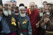 Его Святейшество Далай-лама с представителями суннитской мусульманской общины по завершении встречи в Ид-Гахе. Ле, Ладак, штат Джамму и Кашмир, Индия. 26 июля 2017 г. Фото: Тензин Чойджор (офис ЕСДЛ)