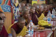 Монахини наблюдают за философским диспутом, проводимым в присутствии Его Святейшества Далай-ламы в ходе церемонии открытия женского монастыря Дуджом. Ше, Ладак, штат Джамму и Кашмир, Индия. 26 июля 2017 г. Фото: Тензин Чойджор (офис ЕСДЛ)