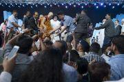 Его Святейшество Далай-лама пожимает руки собравшимся по завершении семинара «Мир и гармония во всем мире с опорой на межконфессиональный диалог». Мумбаи, штат Махараштра, Индия. 13 августа 2017 г. Фото: Тензин Чойджор (офис ЕСДЛ)