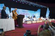 Его Святейшество Далай-лама выступает с обращением во время семинара «Мир и гармония во всем мире с опорой на межконфессиональный диалог». Мумбаи, штат Махараштра, Индия. 13 августа 2017 г. Фото: Тензин Чойджор (офис ЕСДЛ)