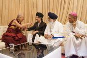Его Святейшество Далай-лама беседует с доктором Калбе Садиком, Джиани Гурбачаном Сингхом и архиепископом Феликсом Энтони Мачадо перед началом семинара «Мир и гармония во всем мире с опорой на межконфессиональный диалог». Мумбаи, штат Махараштра, Индия. 13 августа 2017 г. Фото: Тензин Чойджор (офис ЕСДЛ)