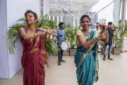 Девушки в индийских сари исполняют традиционный танец по прибытии Его Святейшества Далай-лама в Национальный спортивный клуб Индии. Мумбаи, штат Махараштра, Индия. 13 августа 2017 г. Фото: Тензин Чойджор (офис ЕСДЛ)