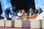 Министр энергетики Индии Пиюш Гоял приветствует Его Святейшество Далай-ламу в начале семинара «Мир и гармония во всем мире с опорой на межконфессиональный диалог». Мумбаи, штат Махараштра, Индия. 13 августа 2017 г. Фото: Тензин Чойджор (офис ЕСДЛ)