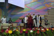 Поднявшись на сцену конференц-зала Института социологии Тата, Его Святейшество Далай-лама приветствует собравшихся. Мумбаи, штат Махараштра, Индия. 14 августа 2017 г. Фото: Тензин Чойджор (офис ЕСДЛ)