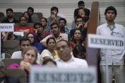 Участники церемонии запуска программы изучения светской этики в высших учебных заведениях слушают обращение Его Святейшества Далай-ламы. Мумбаи, штат Махараштра, Индия. 14 августа 2017 г. Фото: Тензин Чойджор (офис ЕСДЛ)