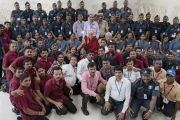 Его Святейшество Далай-лама фотографируется с волонтерами, помогавшими организовать его визит в Институт социологии Тата. Мумбаи, штат Махараштра, Индия. 14 августа 2017 г. Фото: Тензин Чойджор (офис ЕСДЛ)