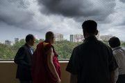 Его Святейшество Далай-лама смотрит на затянутое тучами небо, направляясь на обед с руководителями производств и институтов, организованный в Институте социологии Тата. Мумбаи, штат Махараштра, Индия. 14 августа 2017 г. Фото: Тензин Чойджор (офис ЕСДЛ)