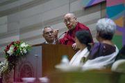 Его Святейшество Далай-лама обращается к собравшимся во время церемонии запуска программы изучения светской этики в высших учебных заведениях. Мумбаи, штат Махараштра, Индия. 14 августа 2017 г. Фото: Тензин Чойджор (офис ЕСДЛ)
