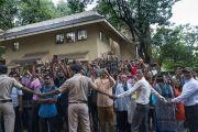 Преподаватели и студенты выстроились вдоль дороги в надежде еще раз увидеть Его Святейшество Далай-ламу по завершении визита в Институт социологии Тата. Мумбаи, штат Махараштра, Индия. 14 августа 2017 г. Фото: Тензин Чойджор (офис ЕСДЛ)