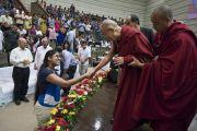 Его Святейшество Далай-лама пожимает руку одной из слушательниц, покидая сцену по завершении церемонии запуска программы изучения светской этики в высших учебных заведениях. Мумбаи, штат Махараштра, Индия. 14 августа 2017 г. Фото: Тензин Чойджор (офис ЕСДЛ)