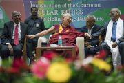Его Святейшество Далай-лама отвечает на вопросы слушателей во время церемонии запуска программы изучения светской этики в высших учебных заведениях. Мумбаи, штат Махараштра, Индия. 14 августа 2017 г. Фото: Тензин Чойджор (офис ЕСДЛ)