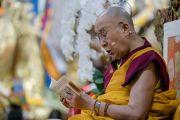 Его Святейшество Далай-лама читает строфы из текста во время третьего дня четырехдневных учений, организованных по просьбе буддистов из Юго-Восточной Азии. Дхарамсала, Индия. 31 августа 2017 г. Фото: Тензин Чойджор (офис ЕСДЛ)