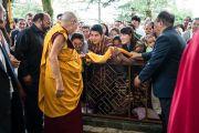 Его Святейшество Далай-лама приветствует верующих по прибытии в главный тибетский храм в начале третьего дня четырехдневных учений, организованных по просьбе буддистов из Юго-Восточной Азии. Дхарамсала, Индия. 31 августа 2017 г. Фото: Тензин Чойджор (офис ЕСДЛ)