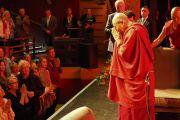 Дээрхийн Гэгээнтэн Далай Лам илтгэлээ дуусгаад цугласан хүмүүст талархал илэрхийлж байгаа нь. Нэгдсэн Вант улс, Хойд Ирланд, Дерри. 2017.09.10. Гэрэл зургийг Жерреми Рассел (ДЛО)