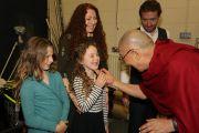 Дээрхийн Гэгээнтэн Далай Лам илтгэл тавихаар Миллеонум форумд хүрэлцэн ирээд хүүхэд багачуудтай мэндэлж байгаа нь. Нэгдсэн Вант улс, Хойд Ирланд, Дерри. 2017.09.10. Гэрэл зургийг Жерреми Рассел (ДЛО)
